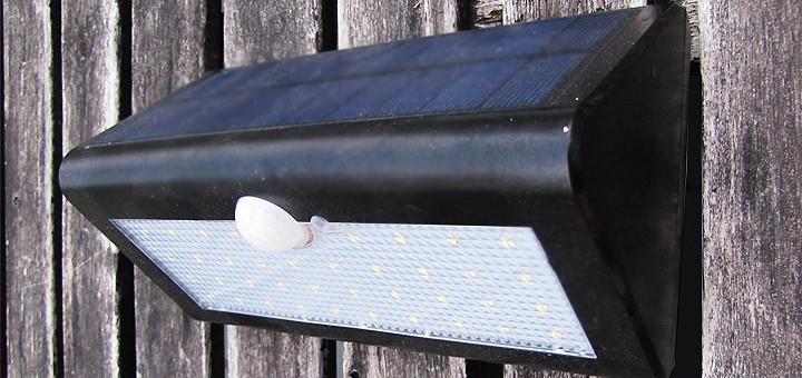 Liiketunnistimella varustettu lamppu aurinkopaneelilla – Toimiiko se talvella?