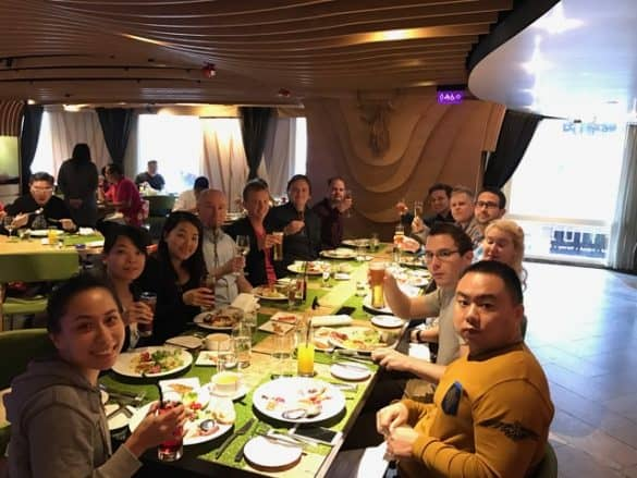 e-villen tiimi pikkujoululounaalla Hongkongissa, FINDS-skandinaaviravintolassa.