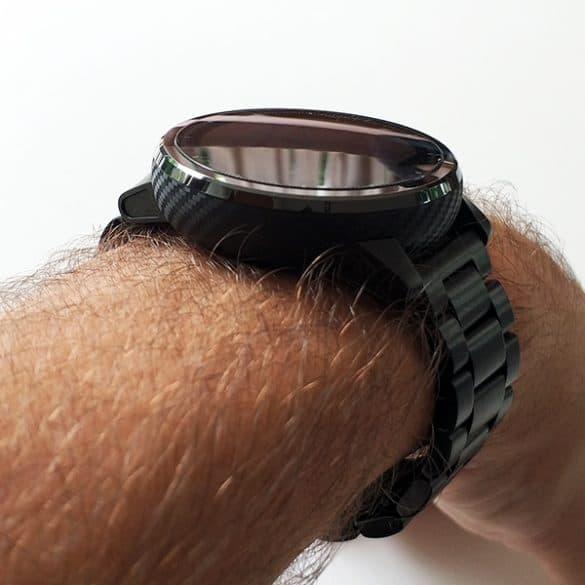 Karvainen käsi ja kiiltävä kello