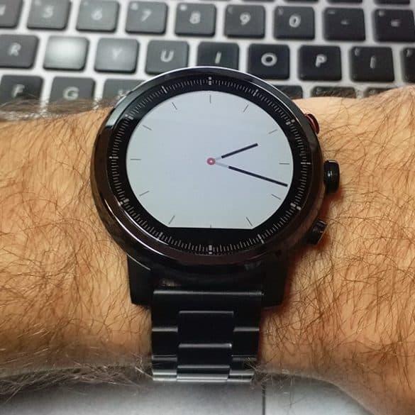 Musta kello ja valkoinen tausta?
