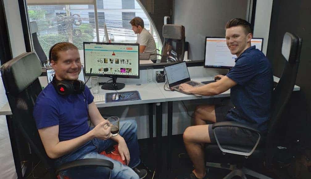 Marko ja Otto vauhdissa asiakaspalvelutiimin askareissa!