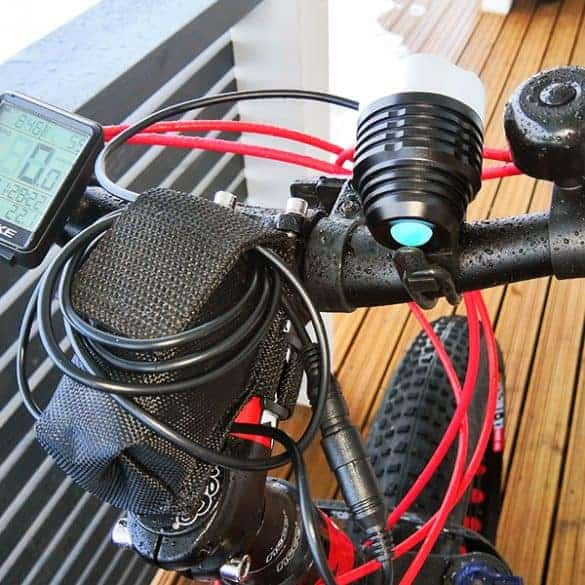 Pyörä- / otsalampun mukana tulee myös 6000mAh -kokoinen akku.
