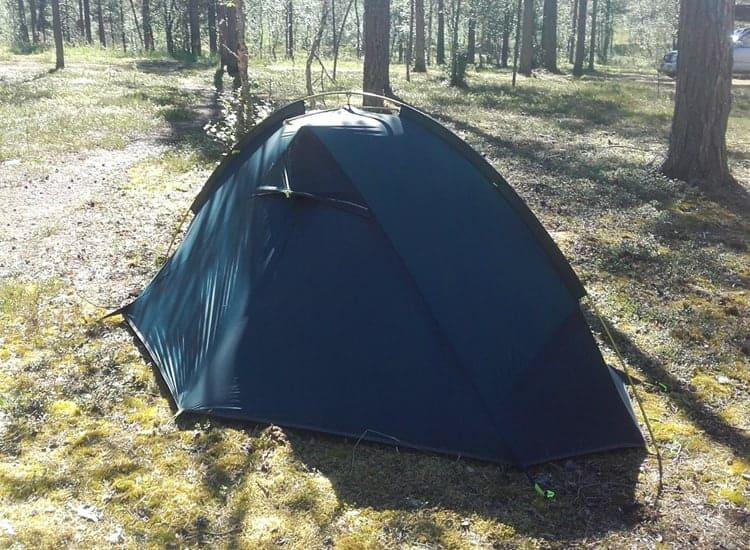 Hyvästi muotoiltu teltta näyttää komealta maastossa.