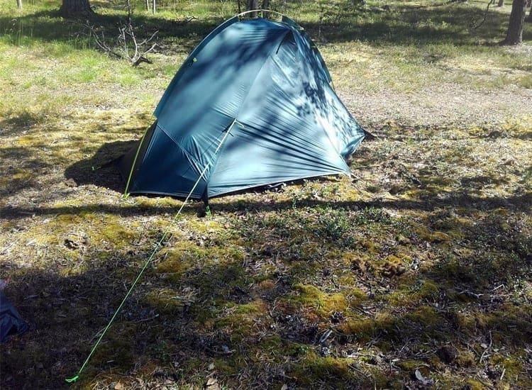 Mukana tulee narut, jottei teltta lähde mäkeen myrskyn mukana.