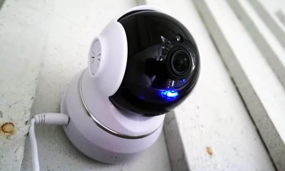Valvontakamera kiinnitettynä terassin seinään
