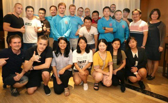 e-villen tiimiläisiä Shenzhenissä